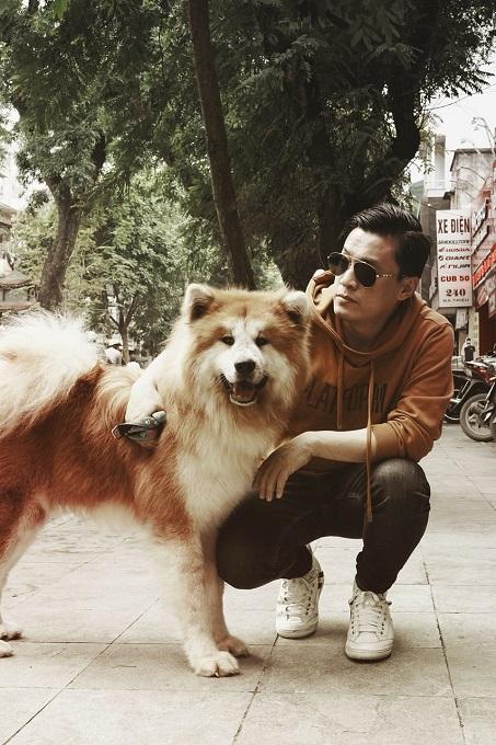 Chú chó Akita lông dài Songoku bên Anh Hai Lam Trường trong một chiều đông Hà Nội