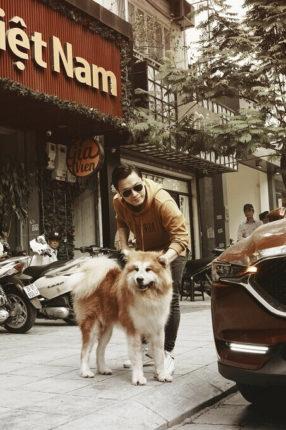 Hình ảnh ca sĩ Lam Trường bên chú chó Akita lông dài Songoku nổi tiếng