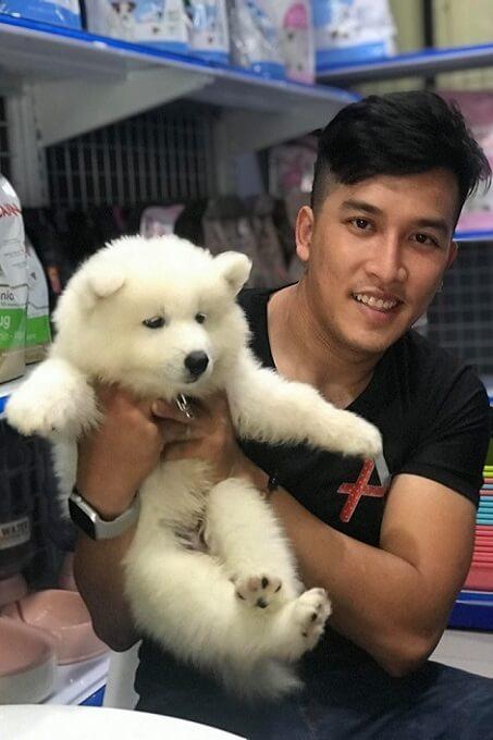 Anh Thịnh Nguyễn, nghệ sĩ trượt Patin nổi tiếng hạnh phúc khi chọn mua được một chú chó Samoyed ưng ý tại Dogily Petshop Phú Nhuận.