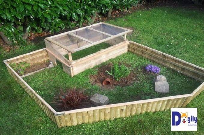 Mẫu chuồng nuôi rùa này thích hợp với nhà có sân vườn rộng. Với đồi cỏ trong vườn nhà. Trông mẫu chuồng này không khác gì một trang trại thu nhỏ vậy.