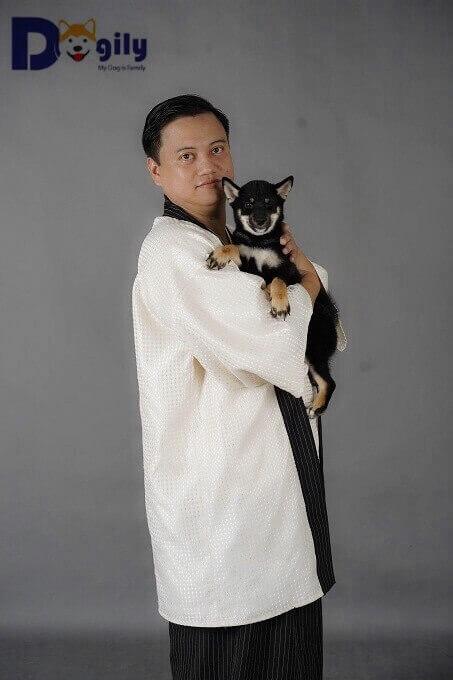 Bạn cần tìm hiểu kỹ, rõ ràng về thông tin người bán chó Shiba Inu. Trong hình: Anh Phạm Hoàng Long - Founder của Dogily.vn cùng một chú chó Shiba màu Black & Tan nhập khẩu Nga.