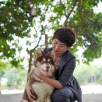 Chị Vương Trang - Co-Founder của Dogily Petshop bên chú chó Alaska tên Sói