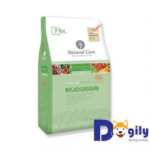 Thức ăn hữu cơ cho chó có dạ dày nhạy cảm Natural Core Eco7 được chế biến từ thịt cừu và các loại rau củ hạt được chứng nhận hữu cơ ECOCERT: khoai lang hữu cơ, nhân sâm đỏ, yến mạch, gạo lứt, cà rốt, rau bina hữu cơ