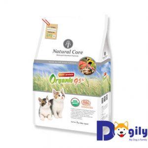 Thức ăn hữu cơ cho mèo Natural Core được chế biến từ thịt gà, thịt cá hồi, thịt vịt rút xương, hồng sâm… với 95% thành phần hữu cơ và 5% khoáng chất vô cơ tốt cho sức khỏe mèo, phù hợp với mọi lứa tuổi, mọi giống mèo.