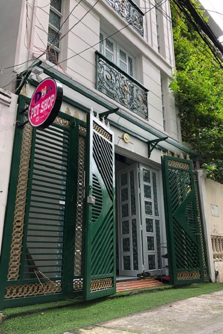Cửa hàng bán chuồng chó Inox của Dogily Petshop tại Quận 1, Thành phố Hồ Chí Minh.