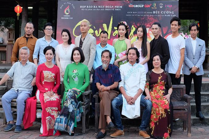 Toàn bộ ê-kíp phim ra mắt khán giả tại Ninh Bình - Ảnh: Mi Ly