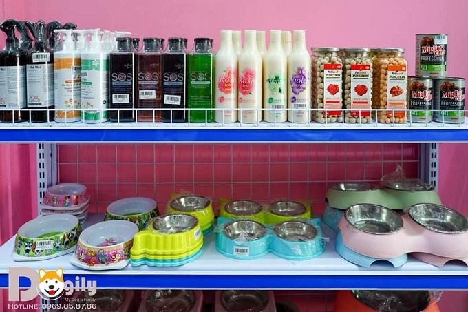 Khay đựng nước, thức ăn cho chó mèo trên kệ Dogily Pet Shop Tây Hồ, Hà Nội.