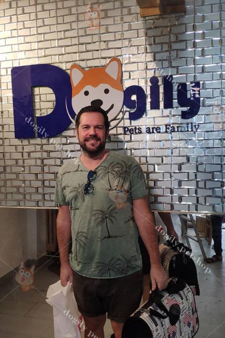 Khách nước ngoài mua mèo Aln và phụ kiện tại Dogily Petshop Ba Tháng Hai, quận 10, Tphcm.