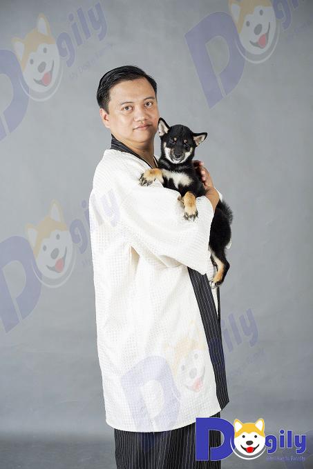 Anh Phạm Hoàng Long, Founder của Dogily cùng một bé Shiba Inu màu đen trong một bộ hình cost play.