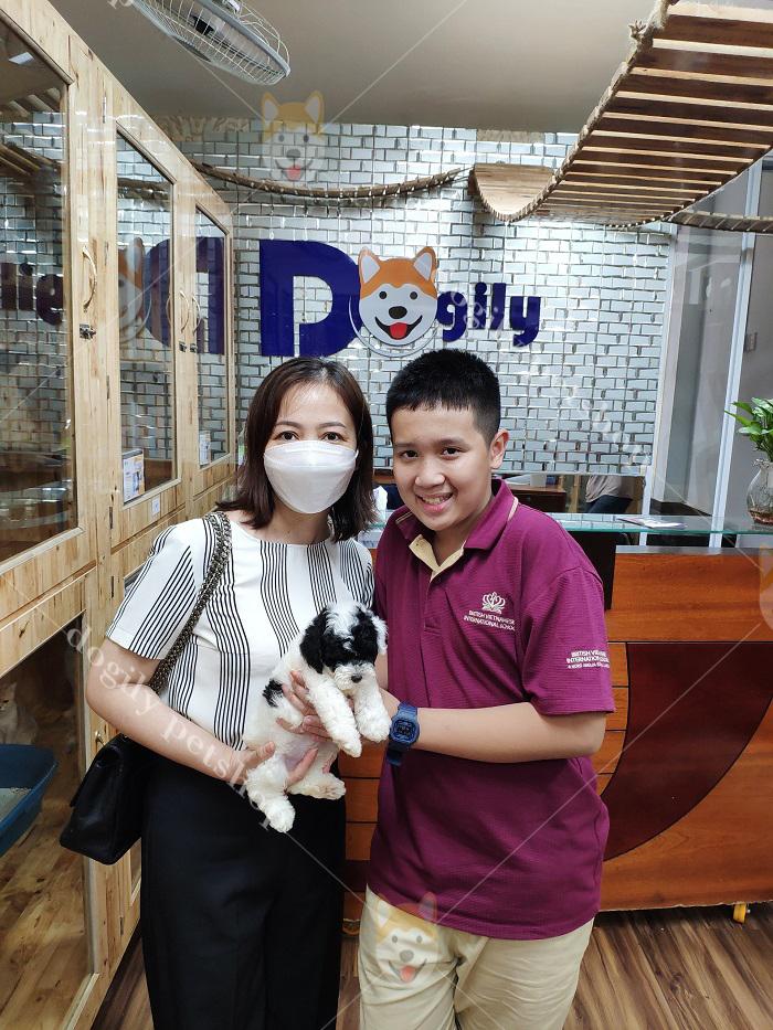 Khách hàng mua chó và checkin tại Dogily Petshop