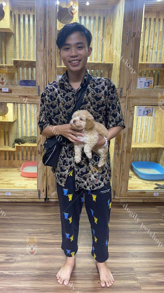 Khách hàng mua chó cảnh tại Dogily Petshop
