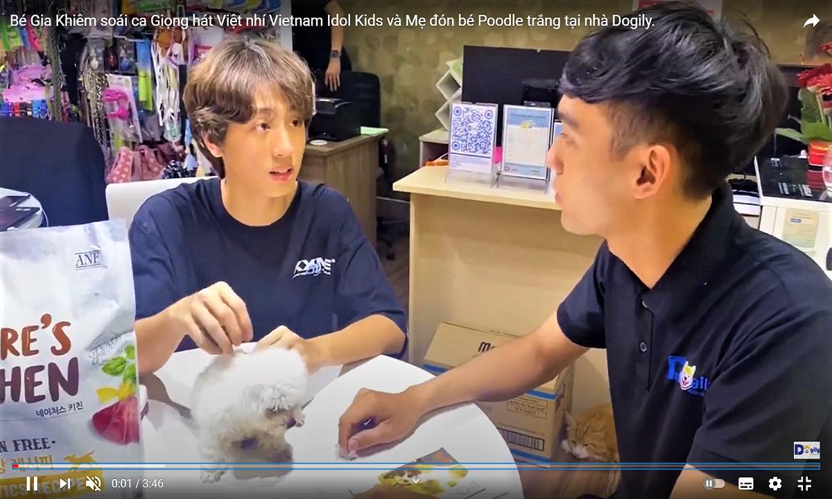 Bé Gia Khiêm soái ca Giọng hát Việt nhí Vietnam Idol Kids và Mẹ đón bé Poodle trắng tại nhà Dogily.