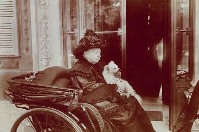 Nữ hoàng Victorian cùng cún cưng Pomeranian trên xe kéo.